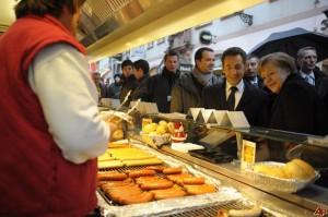 Nicolas Sarkozy and Angela Merkel at a lunch buffet