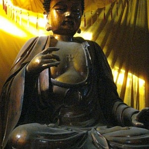 Buddha Statue Bathed in Light (Wikimedia Commons by kwz)