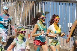 Colorful exercise: runners painted bright colors in a race (Pixabay)
